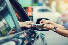 De selectieve nadruk aan vrouw betaalt creditcard met personeel voor brandstof stock foto