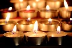 De selectieve nadruk en sluit omhoog Groep het branden van kaarsen in Thaise st Royalty-vrije Stock Foto