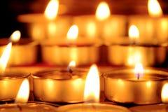 De selectieve nadruk en sluit omhoog Groep het branden van kaarsen in Thaise st Stock Foto