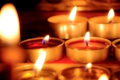 De selectieve nadruk en sluit omhoog Groep het branden van kaarsen in Thaise st Royalty-vrije Stock Fotografie