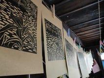 De selectieve nadruk op uitstekende prentbriefkaar hangt op kabel in houten huis Stock Foto