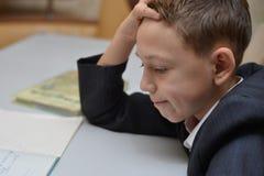 De selectieve nadruk van weinig jongen die leren hoe te zijn naam, Jong geitjestudie te schrijven thuis, Kinderen doet thuiswerk  Royalty-vrije Stock Fotografie