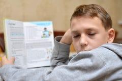 De selectieve nadruk van weinig jongen die leren hoe te zijn naam, Jong geitjestudie te schrijven thuis, Kinderen doet thuiswerk  Stock Afbeelding