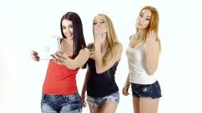 De Selfiefoto op tablet maakt donkerbruin, roodharige en blondemeisje stock footage