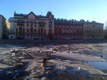 De semi-bevroren Fontanka-rivier, St. Petersburg stock foto
