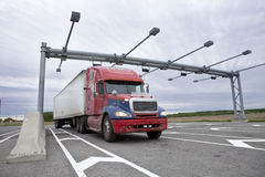 De semi vrachtwagen die over bij wordt getrokken weegt post royalty-vrije stock foto's