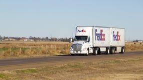 De Semi vrachtwagen van Fedex met aanhangwagen royalty-vrije stock afbeeldingen