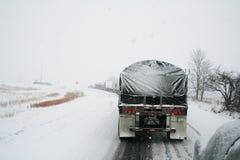De semi vrachtwagens ploeteren langzaam onderaan de weg Royalty-vrije Stock Afbeelding