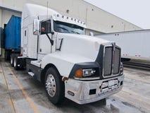 De semi witte blauwe aanhangwagen van de vrachtwagencabine Royalty-vrije Stock Afbeelding