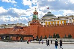 De senaatsbouw en senaatstoren, het mausoleum van Lenin en jonge toeristen Stock Afbeelding
