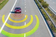 De sensoren controleren het verkeer in een moderne auto op een snelle weg stock foto