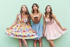 De sensuele meisjes verzenden luchtkus bij camera met liefde Royalty-vrije Stock Foto's