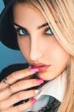 De sensuele vrouw die van het blondehaar camera bekijken Stock Afbeelding