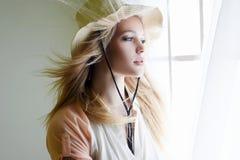 De sensuele Vrouw van het Land in Hoed stock afbeeldingen
