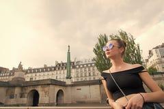 De sensuele zonnebril van de vrouwenslijtage op cityscape Vrouw in sexy vest in Parijs, Frankrijk Zwerflust of vakantie en het re stock foto