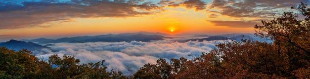 De Seoraksanbergen wordt behandeld door ochtendmist en zonsopgang in Korea stock fotografie