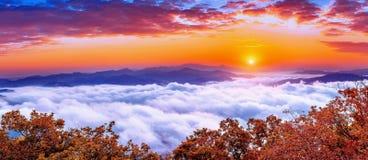 De Seoraksanbergen wordt behandeld door ochtendmist en zonsopgang in Korea royalty-vrije stock foto's