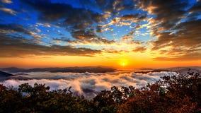 De Seoraksanbergen wordt behandeld door ochtendmist en zonsopgang in Korea stock afbeeldingen