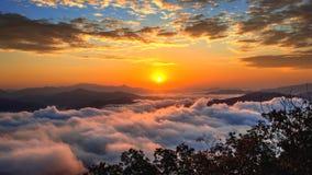 De Seoraksanbergen wordt behandeld door ochtendmist en zonsopgang in Korea royalty-vrije stock afbeelding