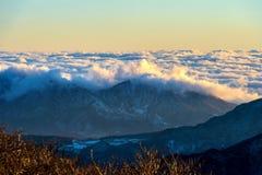 De Seoraksanbergen wordt behandeld door ochtendmist en zonsopgang in Seo Stock Afbeeldingen