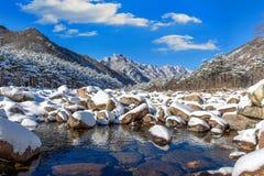 De Seoraksanbergen wordt behandeld door sneeuw in de winter, Korea stock foto's