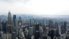 De sept. el 29 de Kuala Lumpur: Paisaje urbano de Kuala Lumpur durante anochecer metrajes