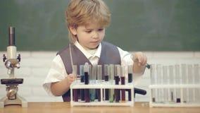 1 de septiembre Concepto de educaci?n y de ense?anza Microscopio del laboratorio y tubos de prueba El ense?ar casero r almacen de metraje de vídeo