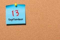 13 de septiembre Día 13 del mes, calendario de la etiqueta engomada del color en tablón de anuncios Autumn Time Espacio vacío par Foto de archivo libre de regalías