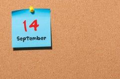 14 de septiembre Día 14 del mes, calendario de la etiqueta engomada del color en tablón de anuncios Autumn Time Espacio vacío par Imágenes de archivo libres de regalías