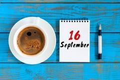 16 de septiembre Día 16 del mes, taza del chocolate de la mañana con el calendario de hojas sueltas en fondo del lugar de trabajo Foto de archivo