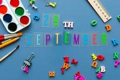 29 de septiembre Día 29 de mes, de nuevo a concepto de la escuela Calendario en fondo del lugar de trabajo del profesor o del est Imagen de archivo libre de regalías