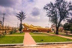 26 de septiembre de 2014: Buda de oro gigante en Vientián, Laos Foto de archivo libre de regalías
