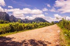 23 de septiembre de 2014: Camino a la laguna azul en Vang Vieng, Laos Foto de archivo