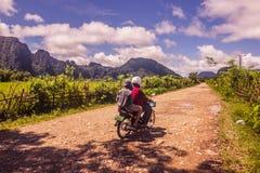 23 de septiembre de 2014: Camino a la laguna azul en Vang Vieng, Laos Fotografía de archivo libre de regalías