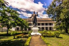20 de septiembre de 2014: Estatua de Sisavang Vong en Luang Prabang, Laos Fotografía de archivo