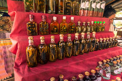 21 de septiembre de 2014: Frascos de whisky tradicional en la prohibición Xang ha Foto de archivo libre de regalías