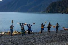 2 de septiembre de 2016 - Kayakers que aprenden Kayak en Seward Alaska Imagenes de archivo