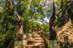 20 de septiembre de 2014: Las estatuas del Naga en el Phousi montan en Luang Prabang Imágenes de archivo libres de regalías