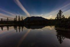 2 de septiembre de 2016 - reflexiones en el lago rainbow, la cordillera Aleutian - cerca de Willow Alaska Imágenes de archivo libres de regalías