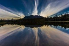 2 de septiembre de 2016 - reflexiones en el lago rainbow, la cordillera Aleutian - cerca de Willow Alaska Imagenes de archivo