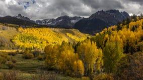28 de septiembre de 2016 - San Juan Mountains In Autumn, cerca de Ridgway Colorado - de Mesa de Hastings, camino de tierra al tel Imágenes de archivo libres de regalías