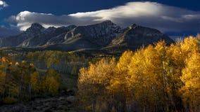 28 de septiembre de 2016 - San Juan Mountains In Autumn, cerca de Ridgway Colorado - de Mesa de Hastings, camino de tierra al tel Imagen de archivo libre de regalías