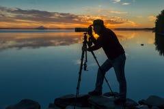 1 de septiembre de 2016, silueta del fotógrafo Joe Sohm que tira el volcán de la reduda del Mt en el lago Skilak, sunet, Alaska,  Imágenes de archivo libres de regalías