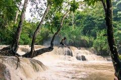 21 de septiembre de 2014: Turista en Kuang Si Waterfalls, Laos Fotografía de archivo