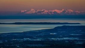 1 de septiembre de 2016 - visión panorámica que pasa por alto Anchorage Alaska en la salida del sol Foto de archivo