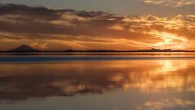 1 de septiembre de 2016, volcán de la reduda del Mt en el lago Skilak, puesta del sol espectacular con el volcán extinto en la vi Imagen de archivo libre de regalías