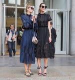 22 DE SEPTIEMBRE DE 2016: Dos muchachas de moda después del desfile de moda de EMILIO PUCCI, Milan Fashion Week Spring /Summer 20 Fotos de archivo