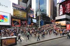 - 21 DE SEPTIEMBRE: El oficial de policía monta su centro de la ciudad del caballo en Nueva York en la calle principal, Manhattan Imagen de archivo