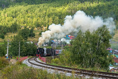 1 de septiembre, el tren del vapor monta en el ferrocarril de Circum-Baikal Foto de archivo