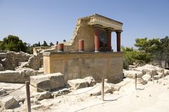 7 de septiembre de 2016, entrada del norte con el fresco del toro y columnas rojas, palacio Knossos, Creta, Grecia de Minoan imágenes de archivo libres de regalías